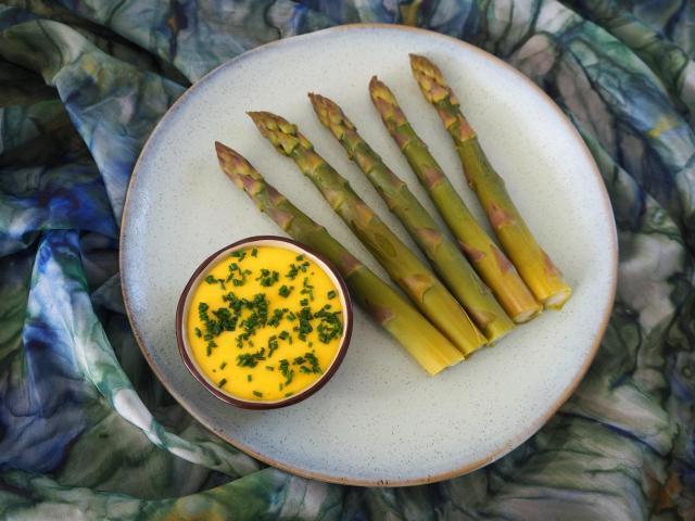 Zielone szparagi z sosem muślinowym