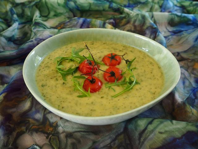 Zielona zupa z rukoli z konfitowanymi pomidorkami