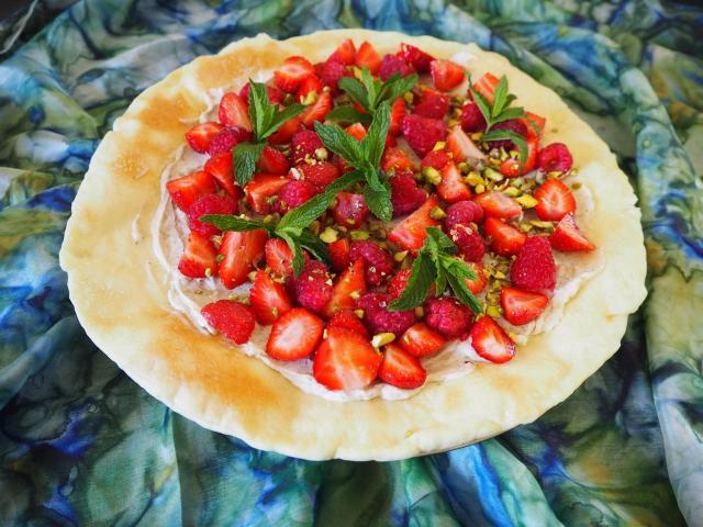 Pizza z malinami, truskawkami, wanilią i mascarpone