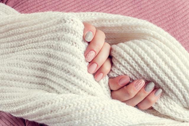 Jesienna hybryda — sweterek na paznokciach na rozgrzewkę