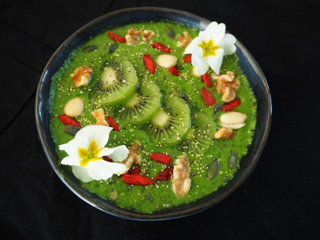 Witaminowe smoothie z kiwi, szpinaku, banana, orzechów i ziaren