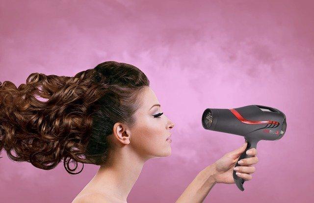 Zniszczone włosy – dlaczego nie musisz rezygnować z prostownicy i suszarki?