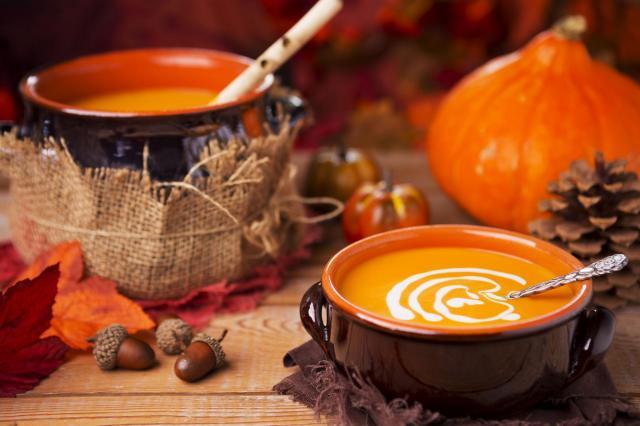 Szybka rozgrzewka na talerzu, czyli dlaczego warto jeść zupy jesienią