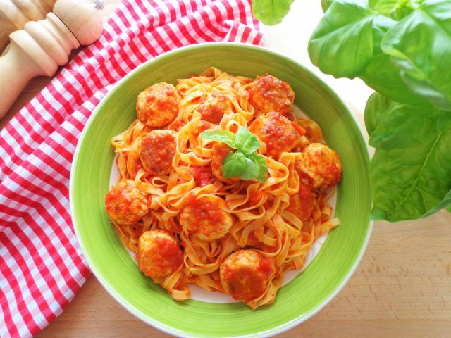 Makaron z klopsikami w sosie pomidorowym
