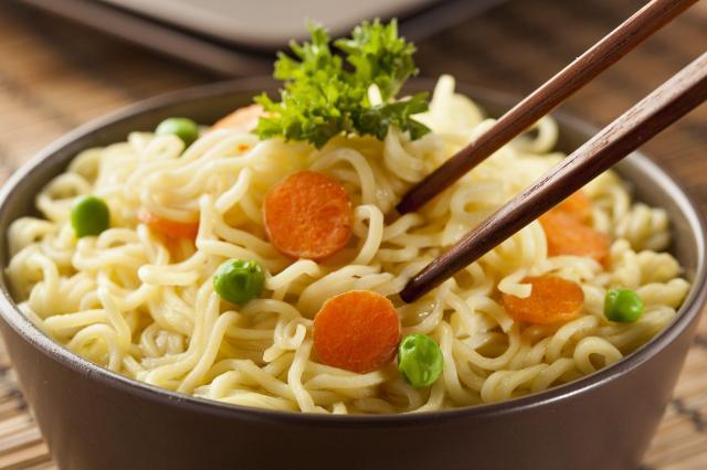 Przepisy kulinarne: 3 sposoby na wykorzystanie makaronu z zupki chińskiej