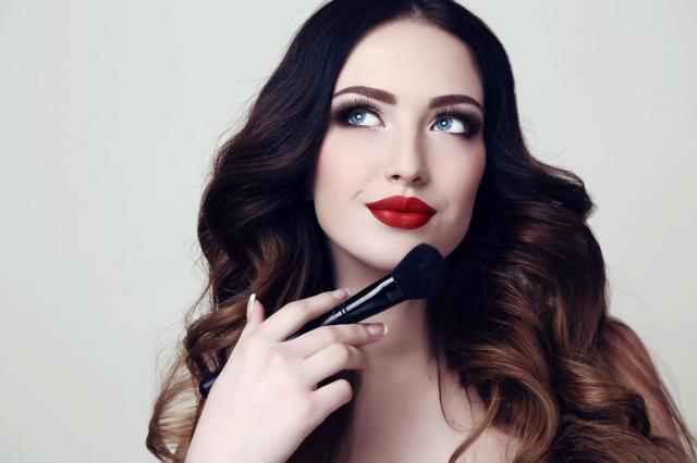4 proste triki, dzięki którym stworzysz kolorową szminkę i przyciemnisz za jasny podkład